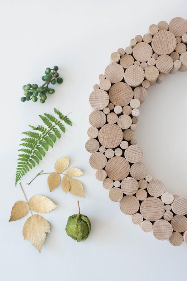 Holzkranz und gepresste Blätter