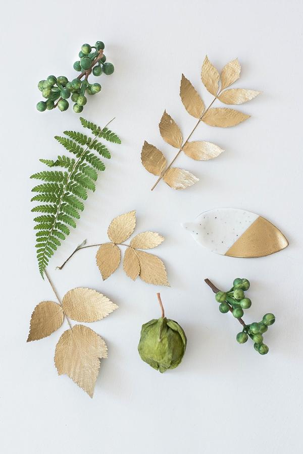 Gepresste Blätter in Grün und Gold