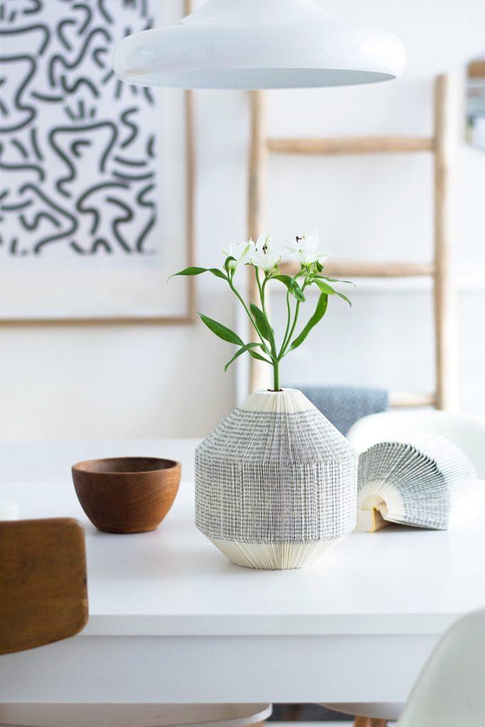 DIY Papier Vase aus Büchern