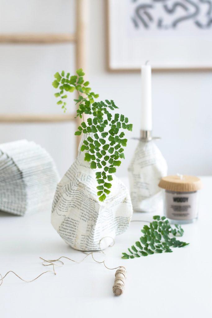 DIY Pappmaché Vasen aus Flaschen und Buchseiten