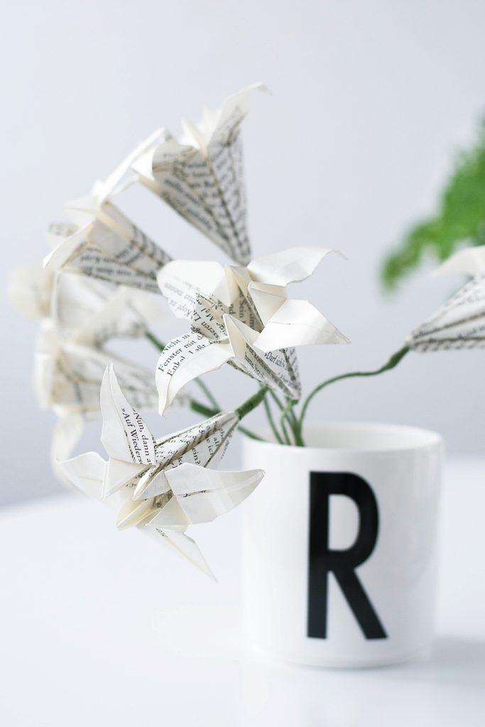 Lilien aus Zeitungspapier falten