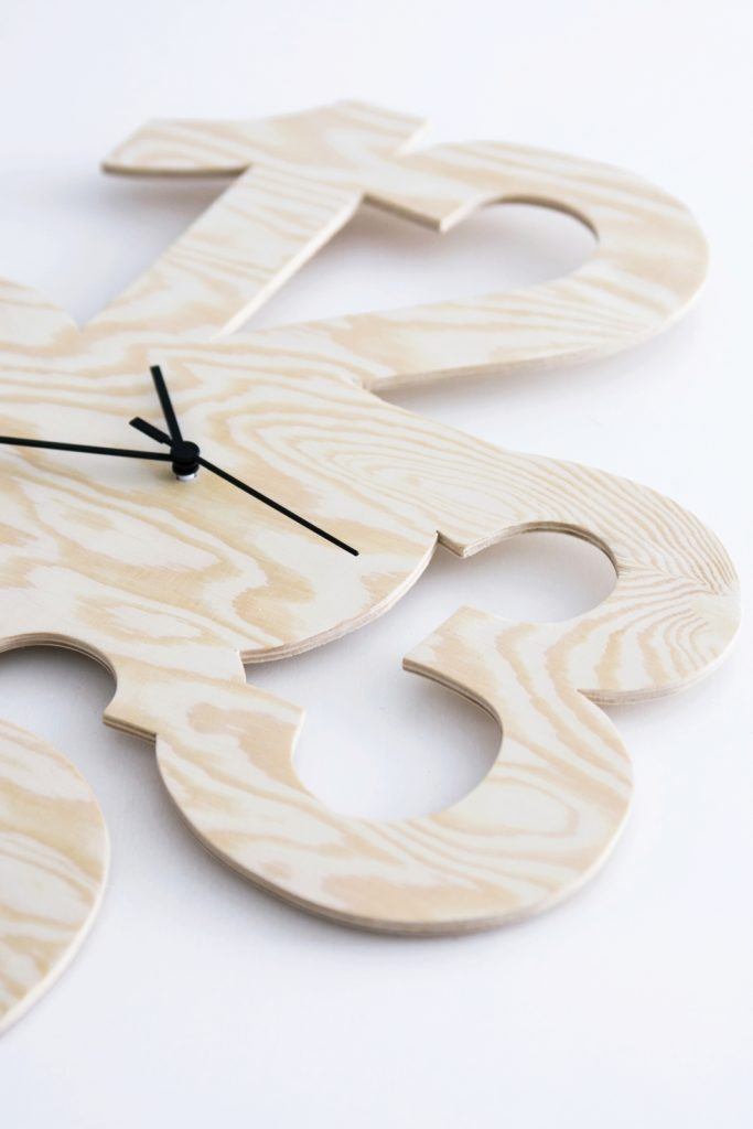 DIY Uhr aus Kiefersperrholz