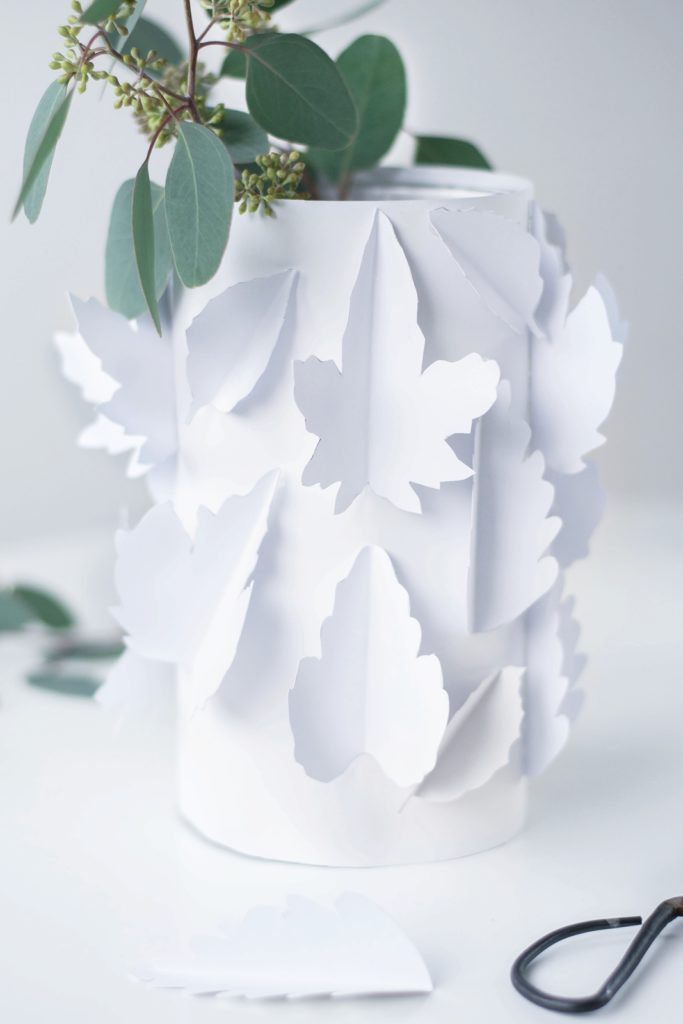 Papiervase mit Herbstblättern