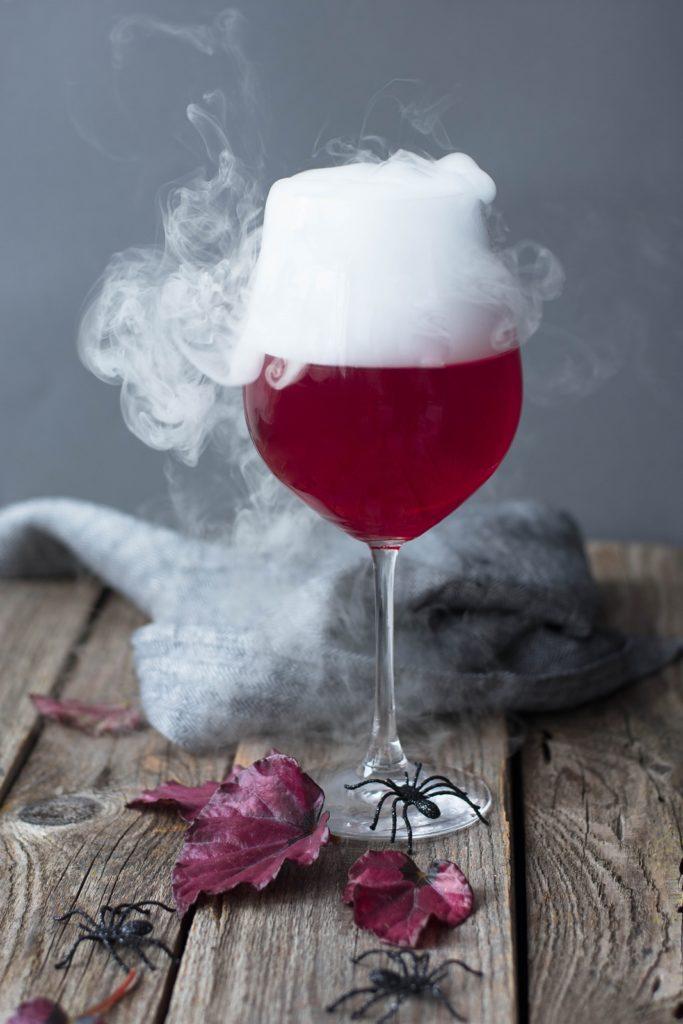 "DIY Halloween Rezept: ""Bleading Heart"" Cocktail mit Trockeneis"