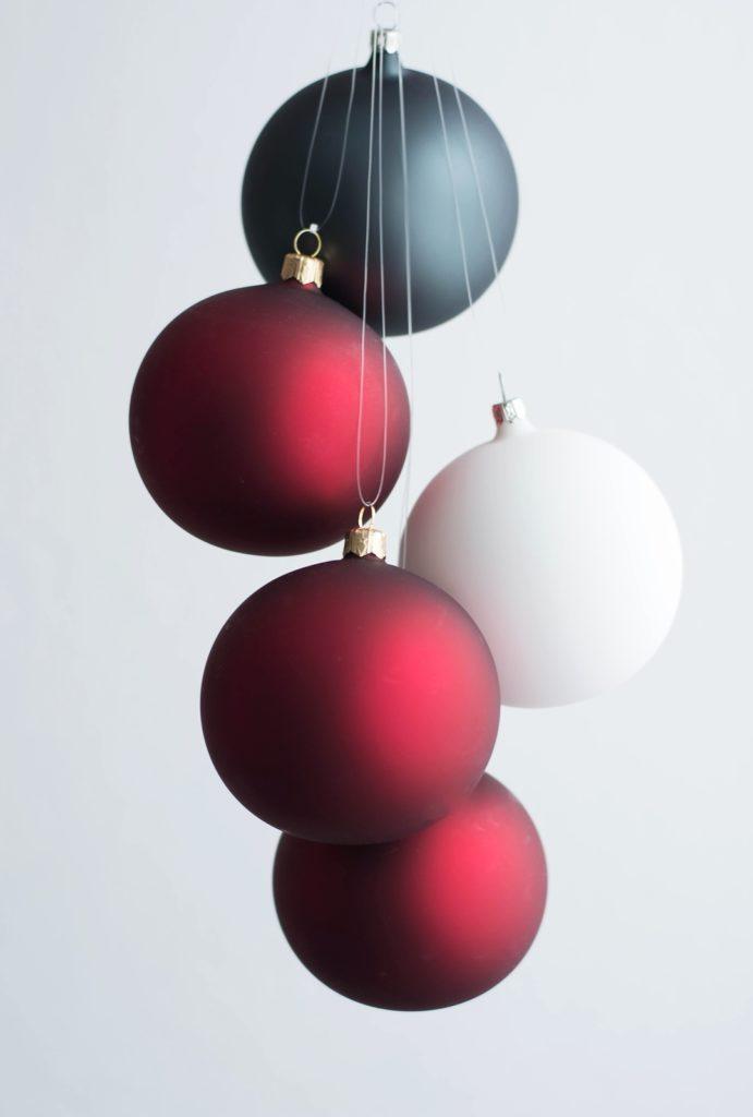 Moderne Christbaumkugeln im Matt-Look