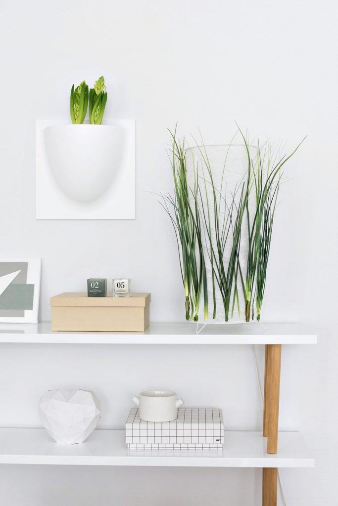 Papierlampe mit Kunstpflanzen verschönern.