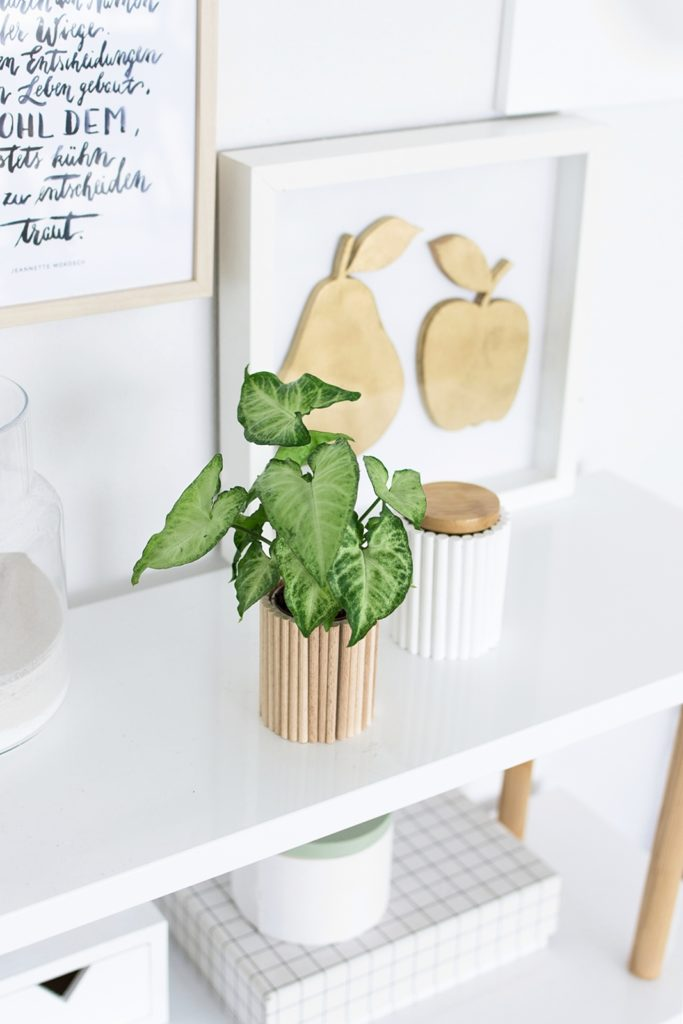 Upcyclingidee: Einfaches Vasen-Makeover mit Rundhölzern #sinnenrauschDIY