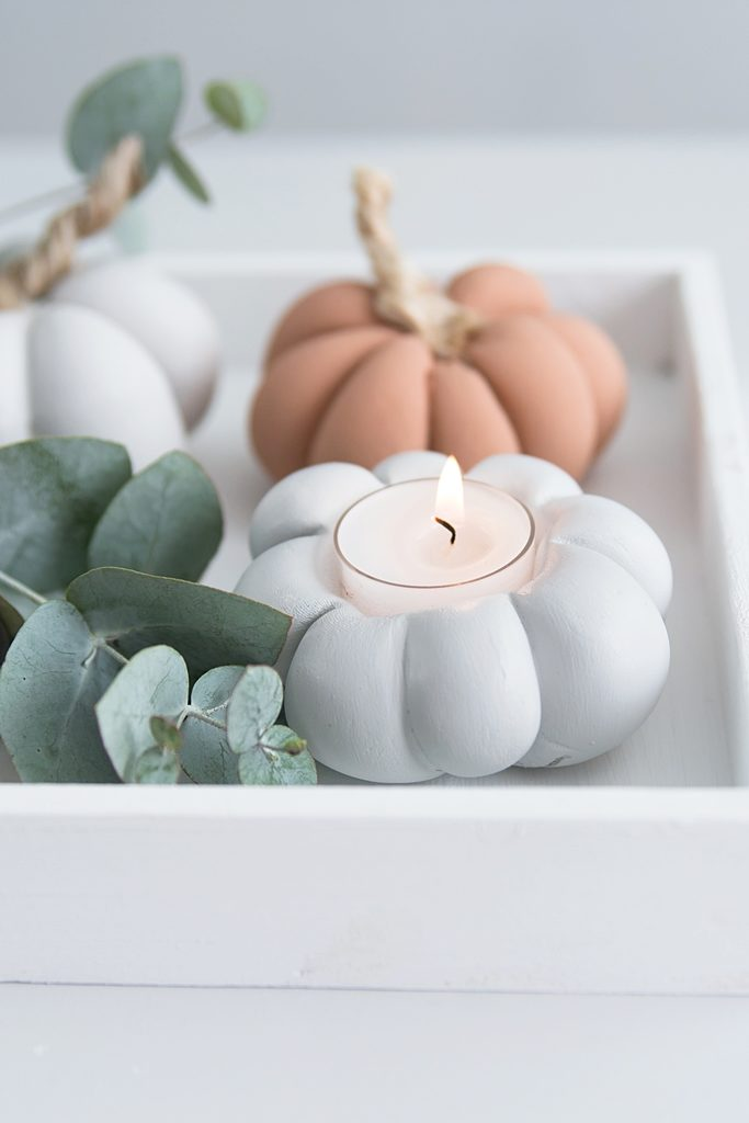 Terracottafarbene Herbstdeko: DIY Kürbis Teelicht aus Gips #styleyourkürbis #sinnenrauschDIY