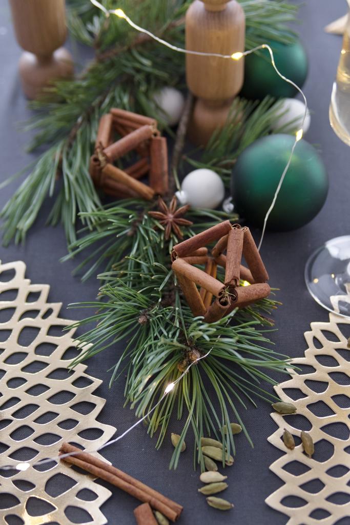 DIY Weihnachts-Tischdeko: Girlanden aus Zimtstangen von Kotányi