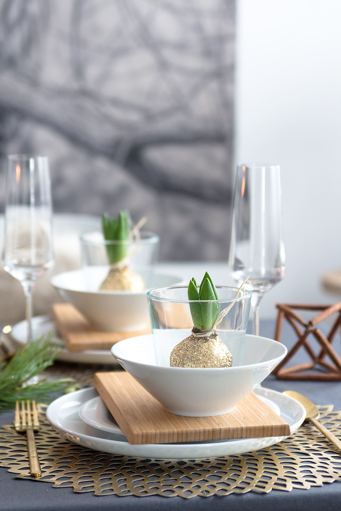 Weihnachtliche Tischdeko-Idee: Wachs-Hyazinthen im Glas
