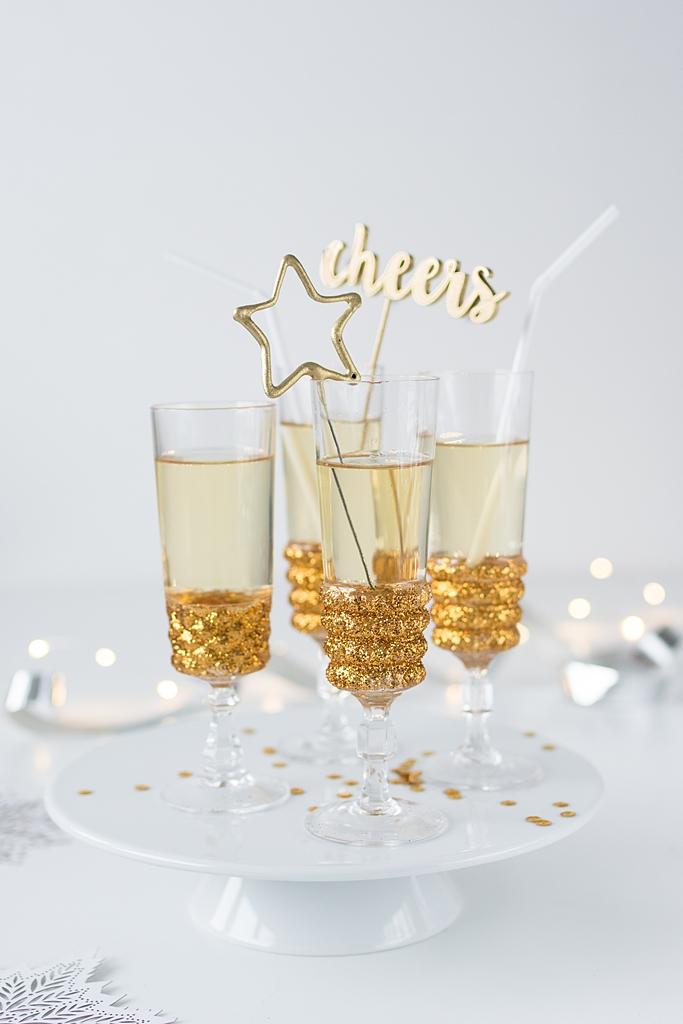 Für den Glamour-Faktor: Sektgläser mit Gold-Glitter verschönern #sinnenrauschDIY #silvester