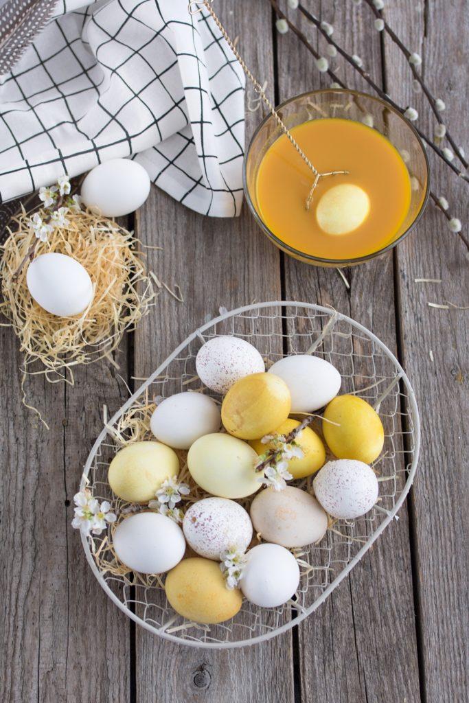 Ostereier mit Curcuma färben + DIY Eier-Blumen aus Krepppapier #sinnenrauschDIY #diy #easter