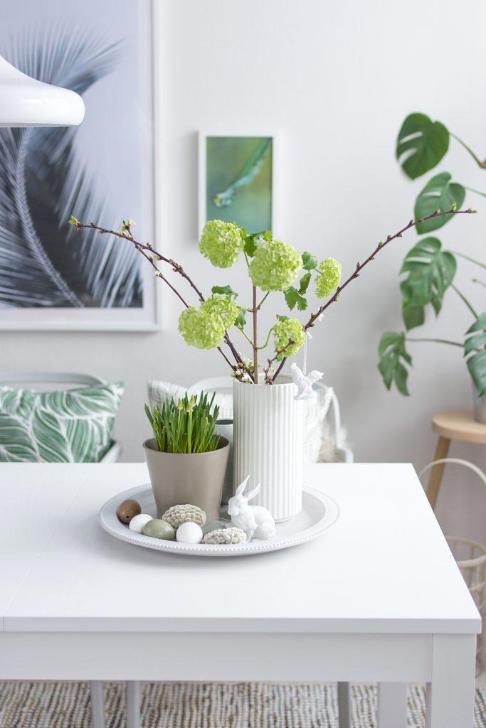 Schlichte Frühlings-Tischdeko und DIY-Weidenkätzchen Eier #sinnenrauschDIY #frühlingsdeko
