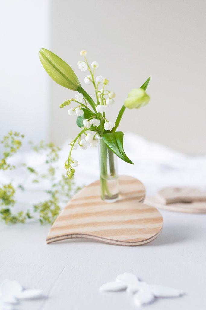 DIY Geschenkidee zum Muttertag: Reagenzglas-Vase aus Holz in Herzform #sinnenrauschDIY
