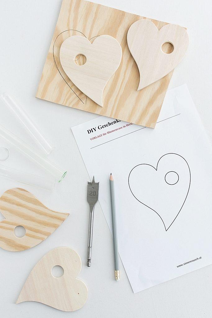 DIY Geschenkidee zum Muttertag: Reagenzglas-Vase aus Holz in Herzform