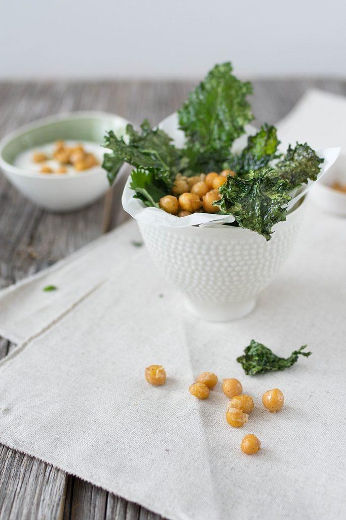 Gesunder Snack: Würzige Grünkohl Chips mit Joghurt Dip und Kichererbsen #smartgrow