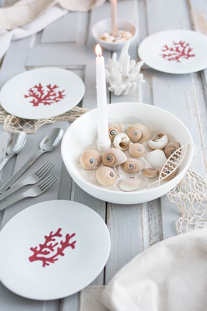 Maritime Tischdeko: Teller mit Korallenmotiv und Porzellanfarbe bemalen