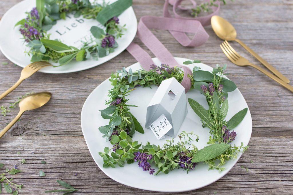 Tischdeko oder Wandbehang: Duftender DIY Kräuter-Lavendel-Kranz für MEIN HOFER