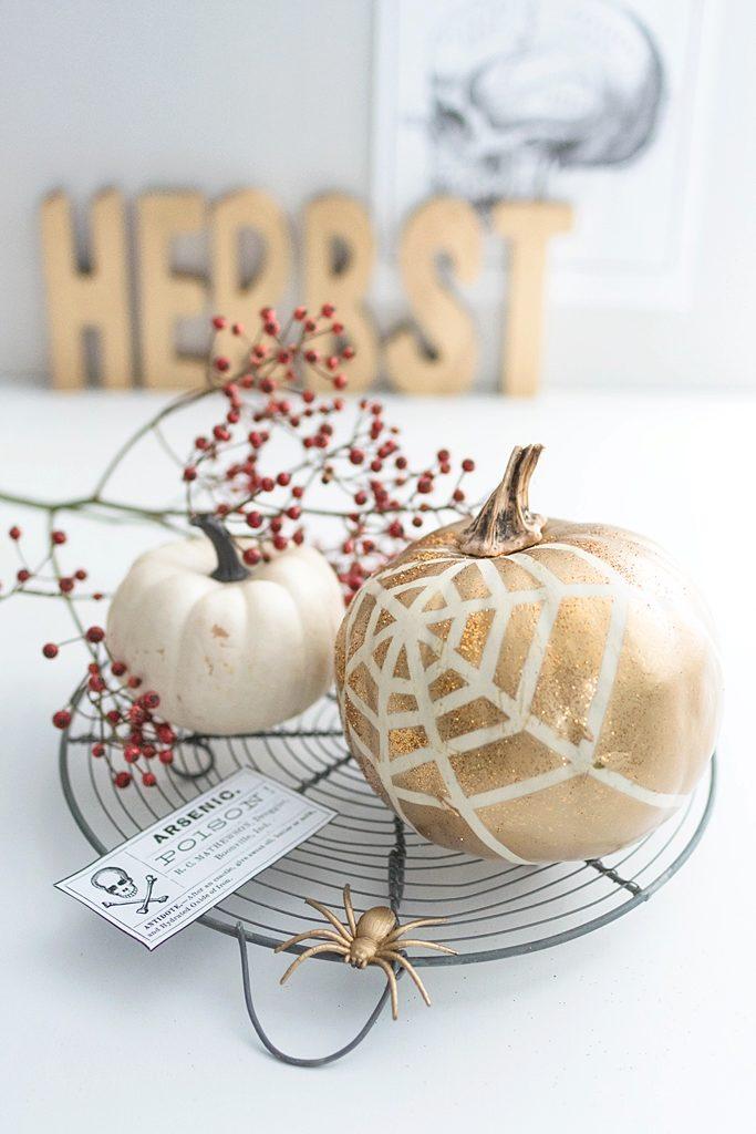 Halloween-Deko: Kürbis mit Spinnennetz verzieren #sinnenrauschDIY