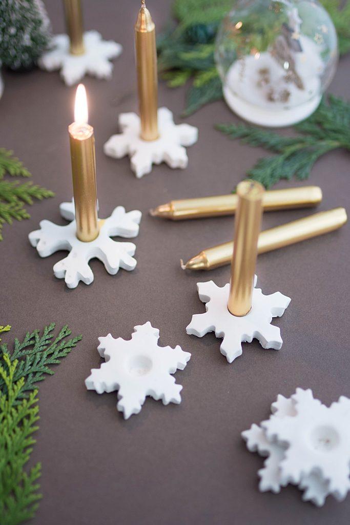 Let it snow: Schneeflocken-Kerzenhalter aus Modelliermasse #diy #sinnenrauschdiy