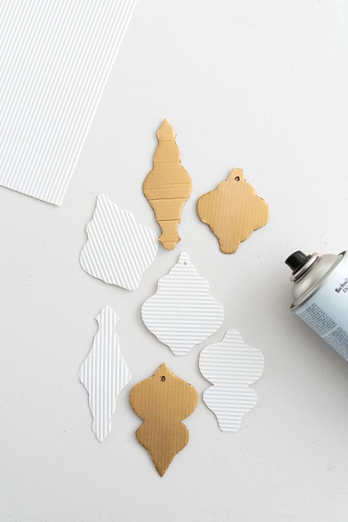 Schnelle Weihnachtsbaum-Deko: Ornament-Anhänger aus Pappe