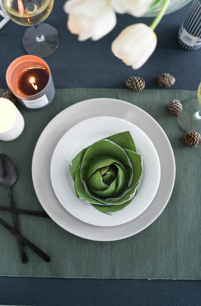 Tischdeko-Idee für den Valentinstag: Elegante Servietten-Rosen im Glas falten