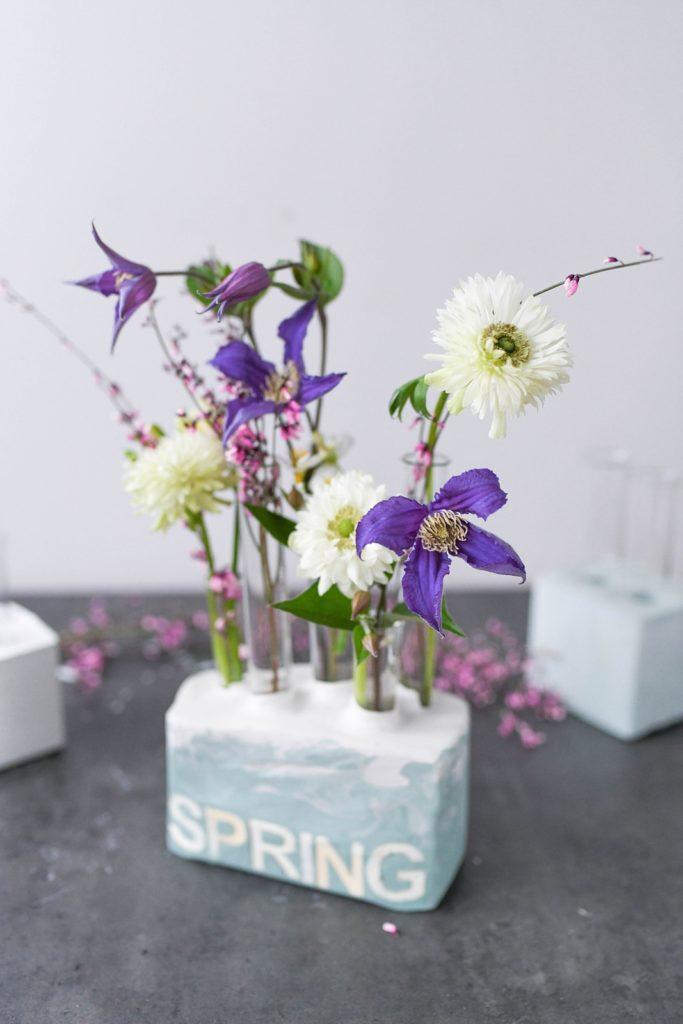 DIY: Blumenvasen aus Gips für den Frühling