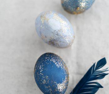 DIY: Ostereier mit Rotkohl färben