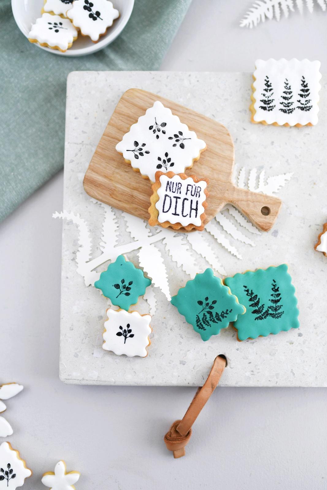 Kekskunst zum Selbermachen: Mit Lebensmittelfarbe auf Fondant stempeln