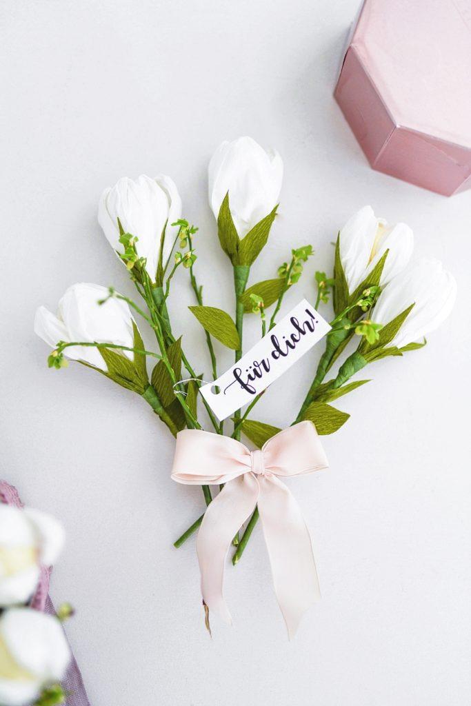 DIY Muttertagsgeschenk: Tulpen-Bouquet aus Krepp-Papier mit süßem Inhalt