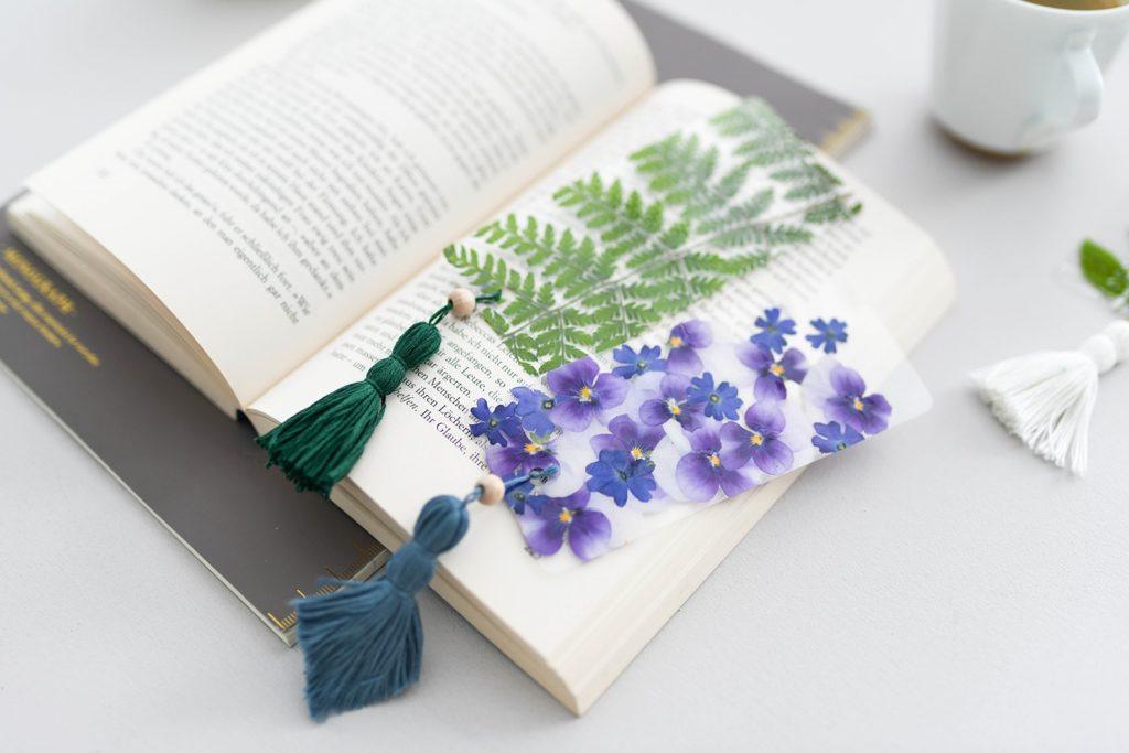 Nie wieder unschöne Eselsohren: Florale DIY Lesezeichen mit echten Blumen selber machen