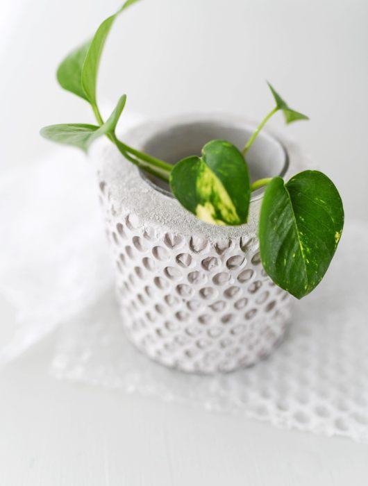 DIY: Honeycomb Vase aus Beton mit Luftpolsterfolie