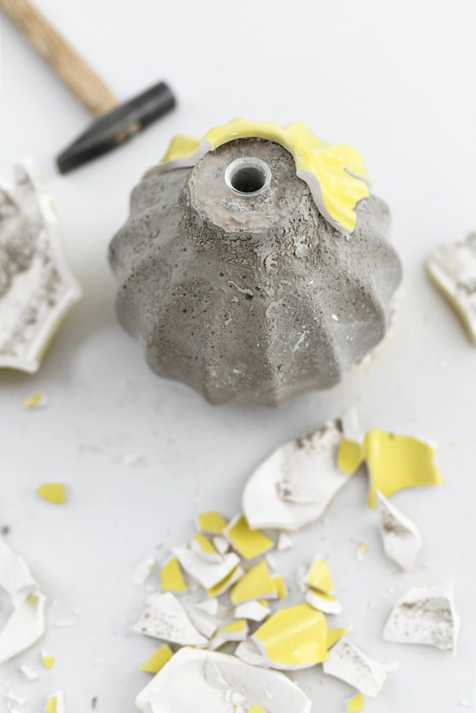 DIY Beton-Accessoires:  Alte Porzellan-Vasen als Gießform verwenden