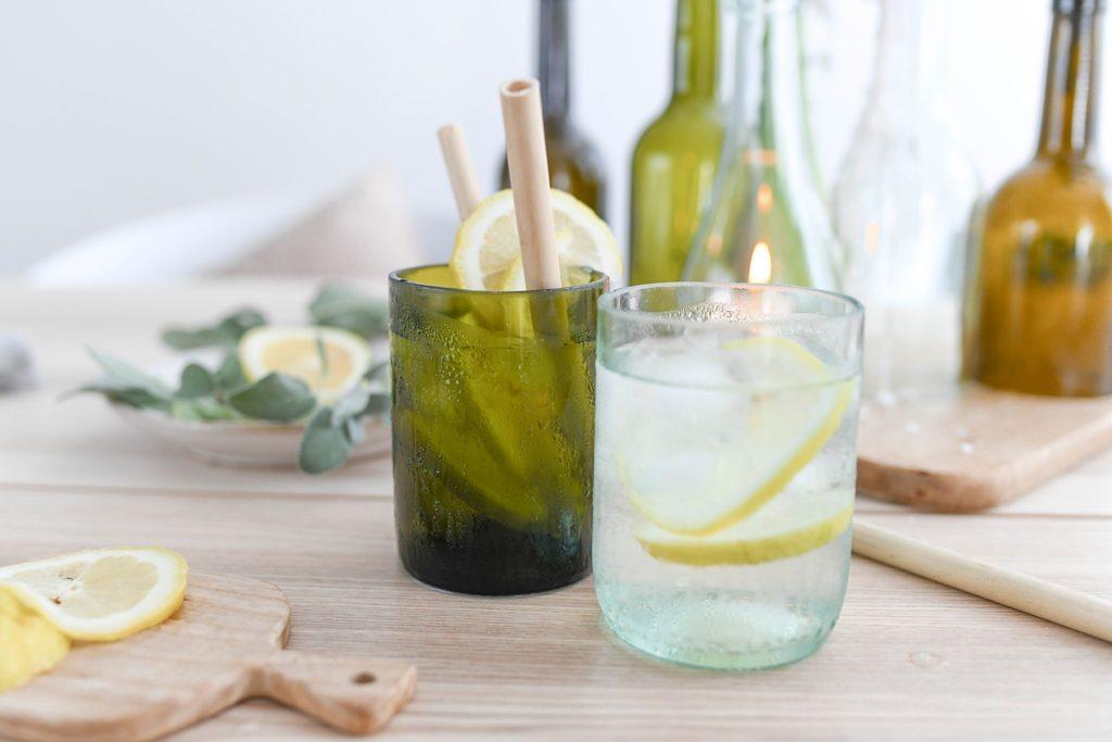 Upcycling-Idee: Trinkgläser und Kerzenhalter aus leeren Weinflaschen