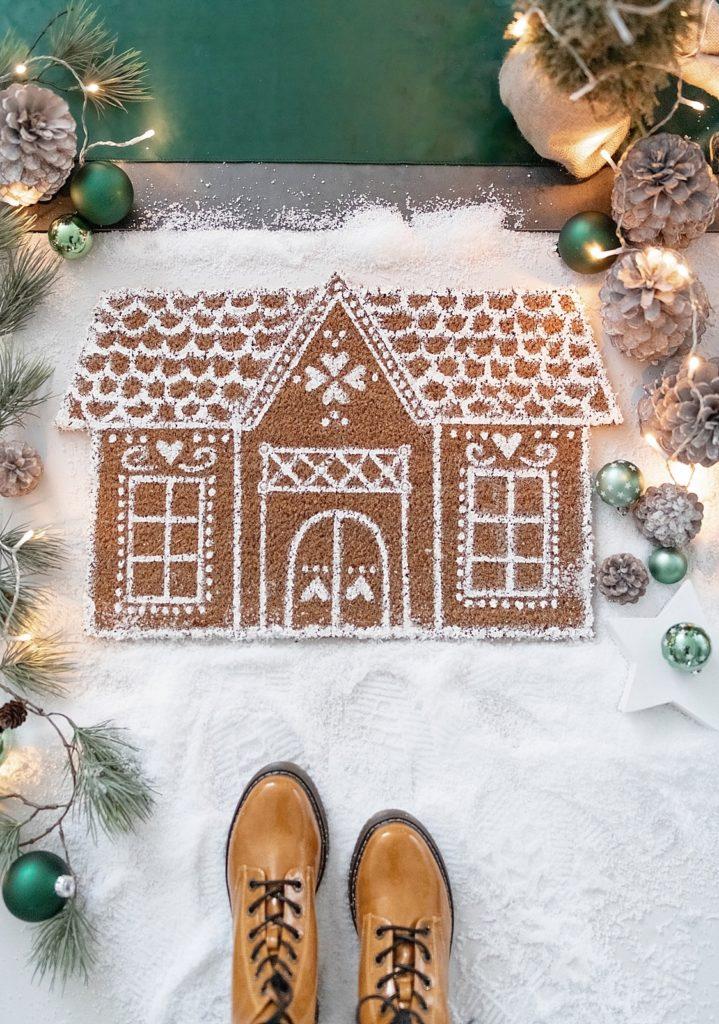 Kreativ-Adventskalender #17: Weihnachtliche bemalte Lebkuchenhaus-Fußmatte