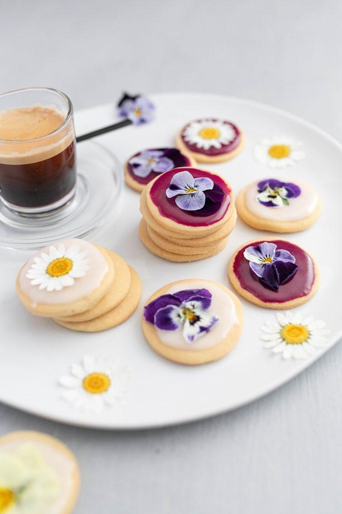 Backrezept für den Frühling: Blüten-Kekse mit essbaren Veilchen